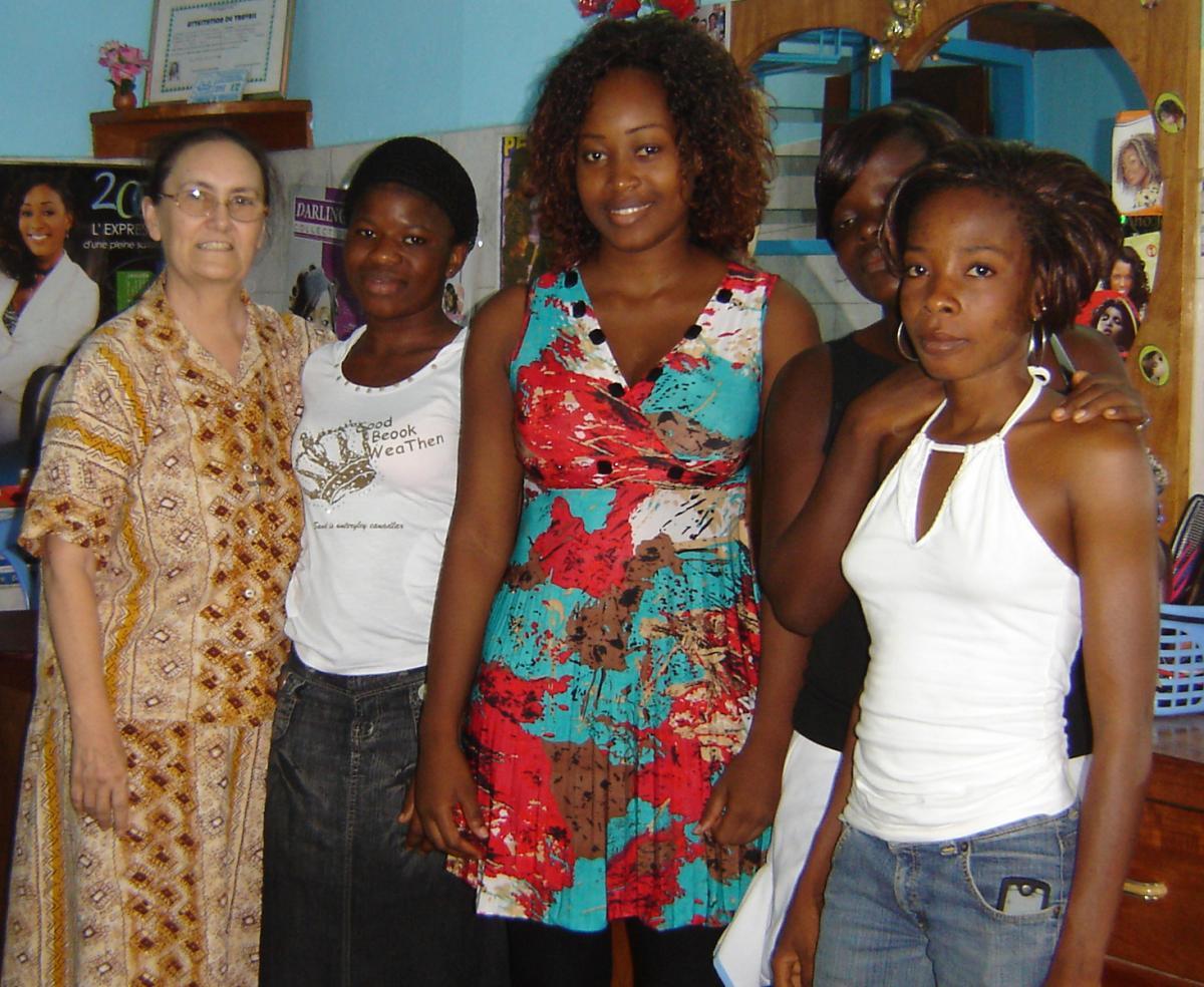 Sor Bernarda en el Taller de reinserción laboral del centro de niñas de la calle de Abidjan, Costa de Marfil