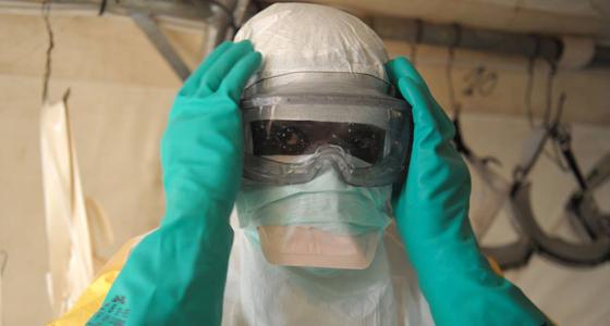 Un médico equipado para protegerse del virus del Ébola
