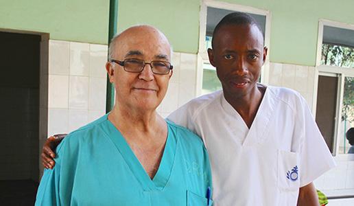El misionero español Manuel García Viejo posa con un compañero del hospital San Juan de Dios de Sierra Leona