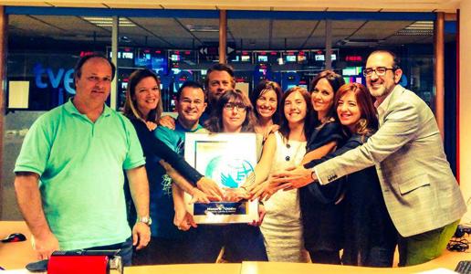 El equipo de La 2 Noticias con el Premio Especial Manos Unidas