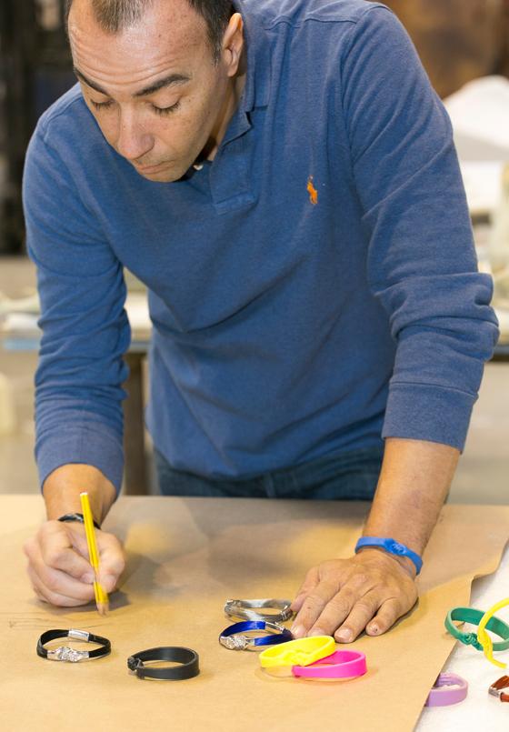 Lorenzo Quinn ha creado las pulseras solidarias de Manos Unidas
