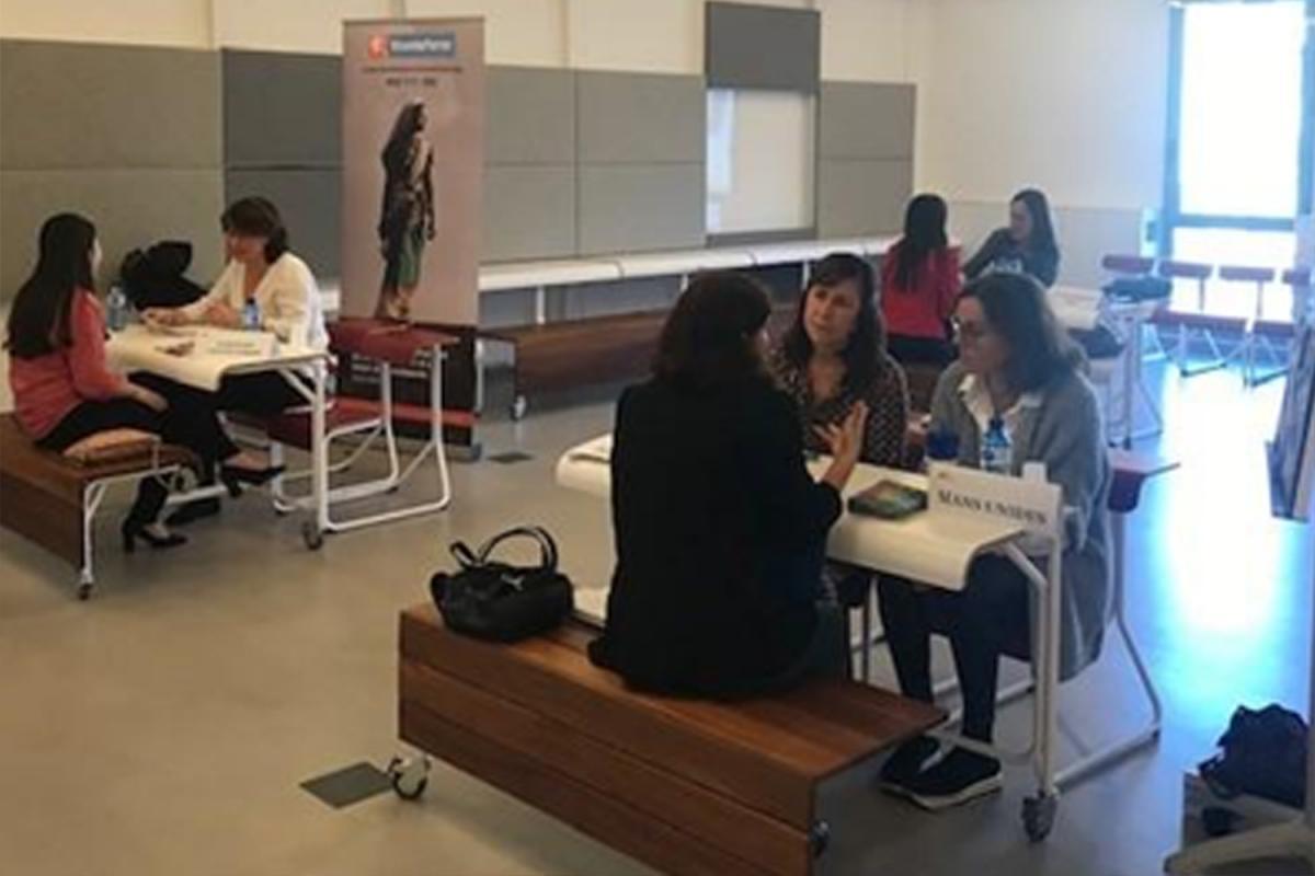 Mireia Angerri i Pilar Nieto atenen a una estudiant de la BSM-UPF