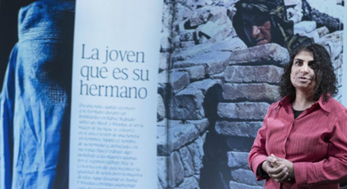 Nadia Ghulam frente a una foto de cuando se hacía pasar por un hombre en el Afgansitán de los talibanes