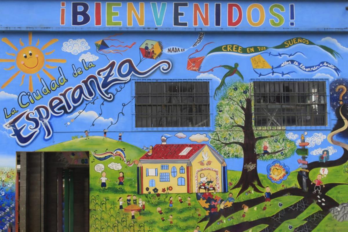 Mural que da la bienvenida a la Ciudad de la Esperanza