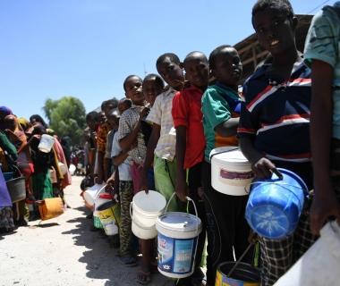 Estat de la Fam a l'Àfrica 2017 - Nens desplaçats fan cua per recollir menjar en un centre de distribució a Somàlia (Autor: AMISOM Public Information)