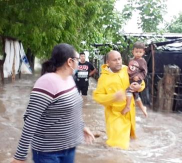 Miles de familias en El Salvador hacen frente a fuertes tormentas