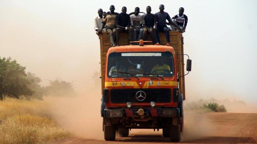 Un grup d'homes, a lloms d'un camió de gran tonatge (Burkina Faso - Javier Mármol - Mans Unides)