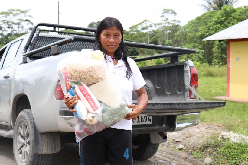 Mujer indígena con bolsa de comida. Covid19 Ecuador. Foto: FEPP
