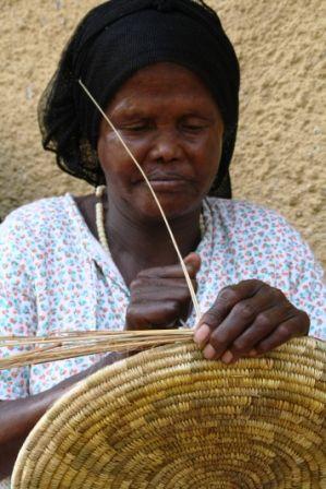 Mujer elaborando cestos