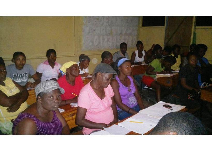 Alumnos en las clases de alfabetismo en Haití