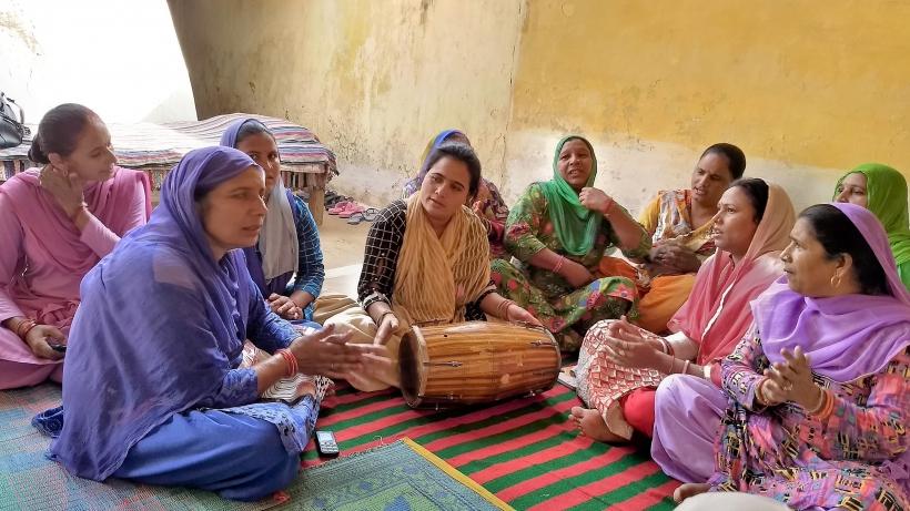 Reunión de mujeres en el norte de India. Foto Manos Unidas/Ana Cárcamo