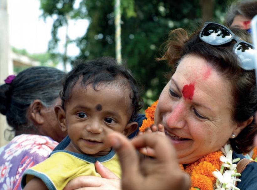 Elisenda con un niño indio