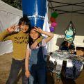 Mini-ajudants al stand de Mans Unides