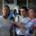 Isa Solá con periodistas en Haití