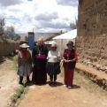 Monseñor Pedro Barreto en Perú con beneficiarios de proyectos apoyados porManos Unidas. Foto Cáritas Huancayo