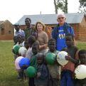 Padre Jesús Jimeno con niños de una escula rural