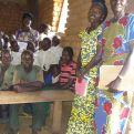 Alumnos y profesoras de una escuela rural