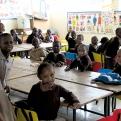 Varios alumnos del Centro de Promoción de Mukuru (Kenia) en una de las aulas de primaria