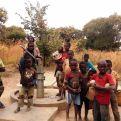 Niños en uno de los pozos construidos en Zambia