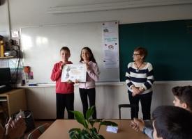 La responsable comarcal dando el diploma a los alumnos de la escuela Collserola