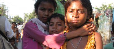 Rescate y reinserción de niños de la calle en Varanasi