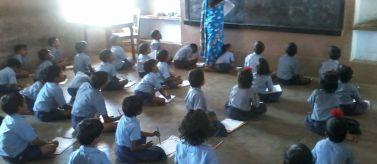 Aula de una escuela en Manas Bansbari. Foto: Manos Unidas