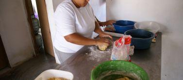 Mujer trabajando en Bacia do Goitá. Foto: Manos Unidas / Javier Mármol