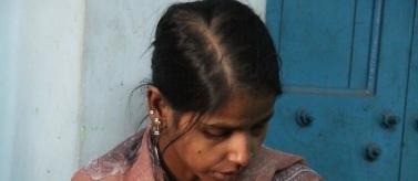 Mujer con niño en el centro de atención. Pilkhana, Calcuta. India. Foto: Manos Unidas