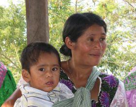 Una madre con su hijo en Chiapas