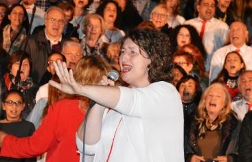 Moment en què el públic es va unir al Cor Carlit per cantar