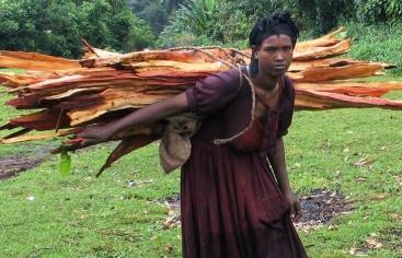 Etiopía. Mujer porteadora. Marta Carreño
