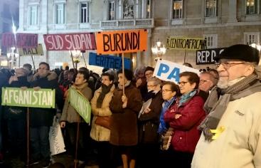 Manifestants porten banderes amb els noms de països on es viu en situació de guerra.