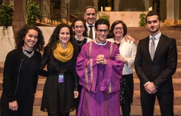 Testimoni de la família de Paco Marro davant l'ordenació com a prevere del seu fill Iñaki