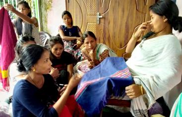 Mujeres artesanas de la seda en India - Foto Centro de Desarrollo de Mujeres - Manos Unidas