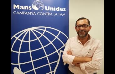 Sergio Godoy posa amb el cartell de Mans Unides