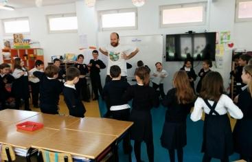 Tallers de solidaritat de Mans Unides a escoles d'Esplugues de Llobregat
