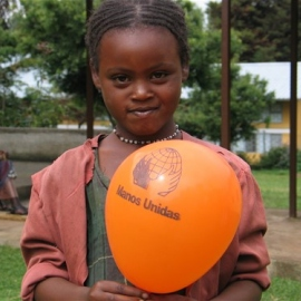 Niña etíope con globo de Manos Unidas. Foto: Manos Unidas/Marta Carreño